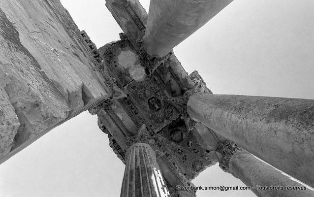 [NB071-1973-11] Baalbek : Temple de Bacchus - Bas-côté avec son plafond à caissons