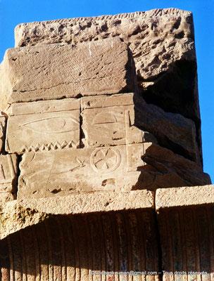 [068-1981-12] Karnak - Ipet-Sout : Détail de la partie supérieure de la chapelle de Philippe Arrhidée (face Sud)