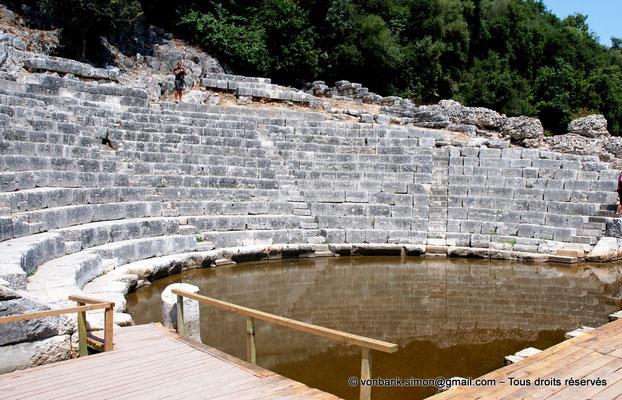 [NU902-2010-091] Butrint (Buthrotum) : Cavea du théâtre - L'orchestre est inondé