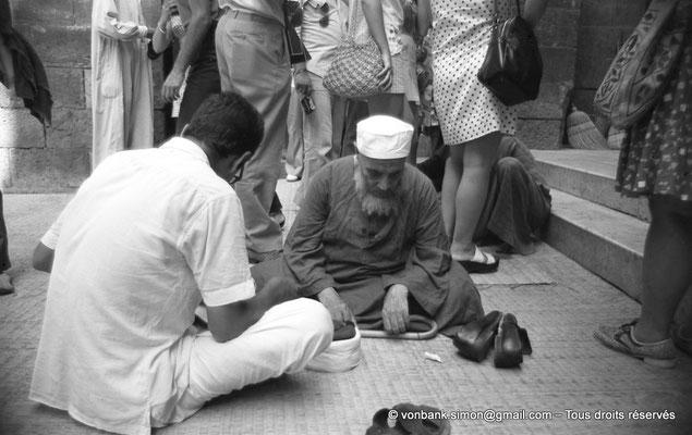 [NB072-1973-38] Le Caire - Mosquée Al-Azhar : Abords de la Porte des barbiers (entrée principale)