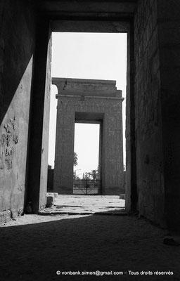 [NB087-1973-07] Karnak - Temple de Khonsou : Porte de Ptolémée III Evergète vue depuis la porte du premier pylône