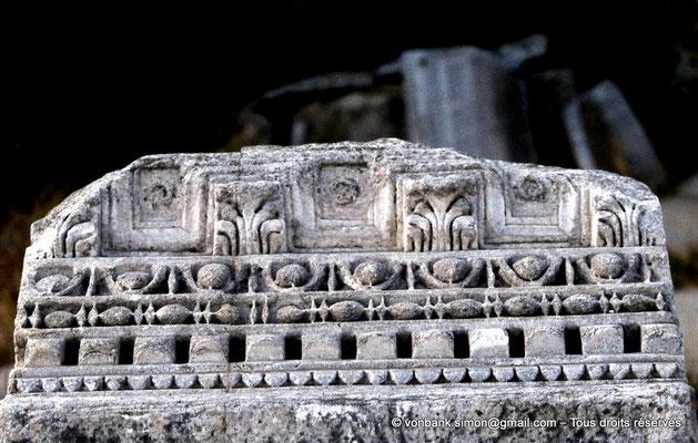 [072-1978-35] Annaba (Hippo Regius) : Abords du forum - Bloc de corniche en marbre