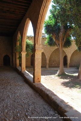 [NU900-2012-0161] Agia Napa : Galerie extérieure à arcades du monastère
