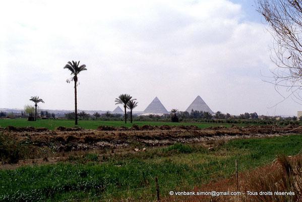 [067-1981-22] Gizeh : De gauche à droite, les pyramides de Khéops, Képhren et Mykérinos