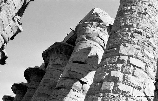 [NB075-1973-72] Karnak - Salle hypostyle : Dernières colonnes de l'allée principale (vues depuis le pylône III)