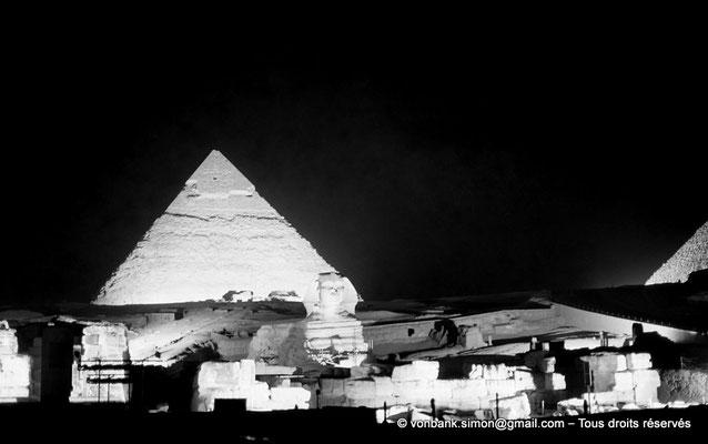 [NB081-1973-26] Gizeh - Son et lumière : La pyramide de Khéphren - En avant-plan, le grand sphinx - Sur la droite, une petite partie de celle de Khéops
