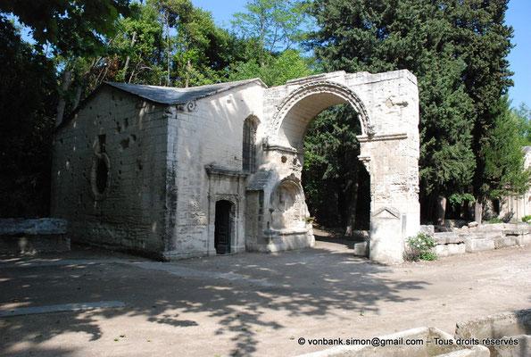 [NU001i-2018-0005] Arles - Les Alyscamps : Chapelle dédiée à Saint Accurse (1520) - Arcade romane (XII° siècle) d'une ancienne église consacrée à Saint Césaire