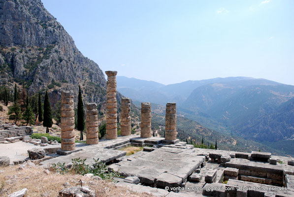[NU901-2008-0162] GR - Delphes - Temple d'Apollon : Angle Sud-Est du temple - sur la gauche, son autel ; derrière, le mont Parnasse