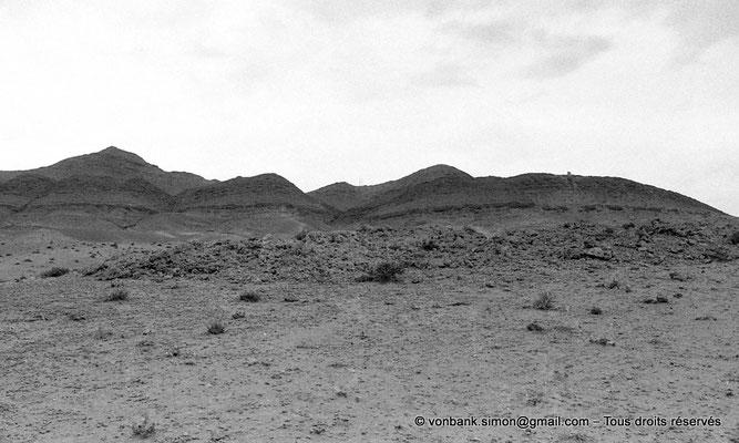 [NB091-1978-112] Biskra : Derrière la palmeraie et l'oued Biskra, les contreforts des Aurès