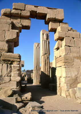 [082-1973-30] Karnak - Ipet-Sout : Dans l'avant-cour du pylône VI, piliers héraldiques carrés en granit rose (Thoutmôsis III)