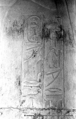 "[NB080-1973-45] Saqqara - Mastaba de Watetkhethor : Cartouche du fils ""aîné"", Meryteti (Chambre B5, mur Est)"