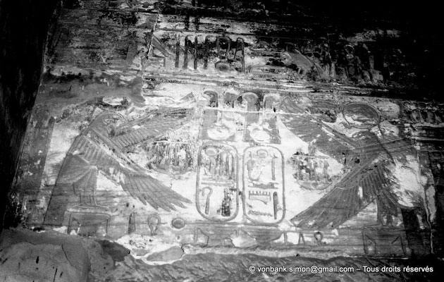 [NB077-1973-78] Karnak - Temple de Ramsès III : Chapelle d'Amon, cartouches de Ramsès III au dessus de la porte
