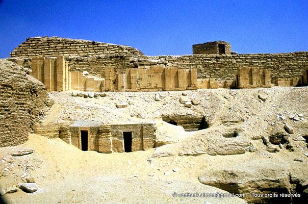 [087-1973-18] Saqqara - Djoser : Nécropole extérieure des nobles - En arrière-plan, assises du mur d'enceinte du complexe funéraire