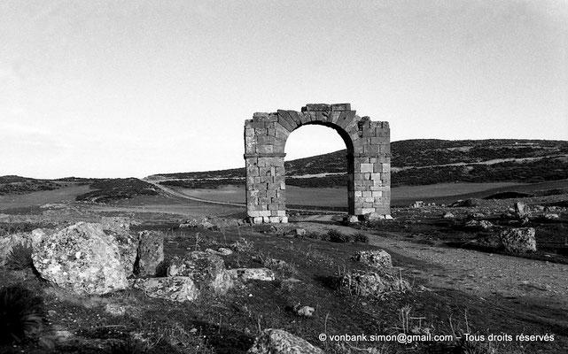 [NB034-1978-33] Thubursicu Numidarum : Porte dite El Gaoussa, en direction de Tipasa de Numidie (Tifech)