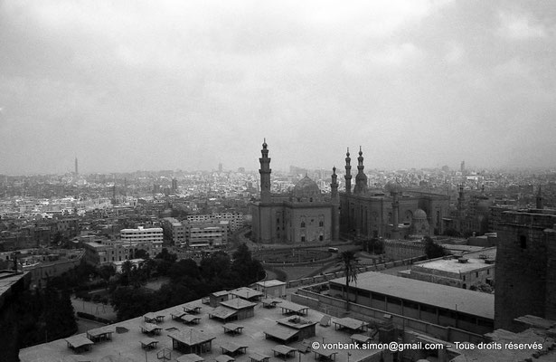 [NB072-1973-30] Le Caire - Mosquée Mohamed Ali Pacha : Depuis le belvédère, vue sur la mosquée du Sultan Hassan et, à sa droite, sur la mosquée Al Rifaï
