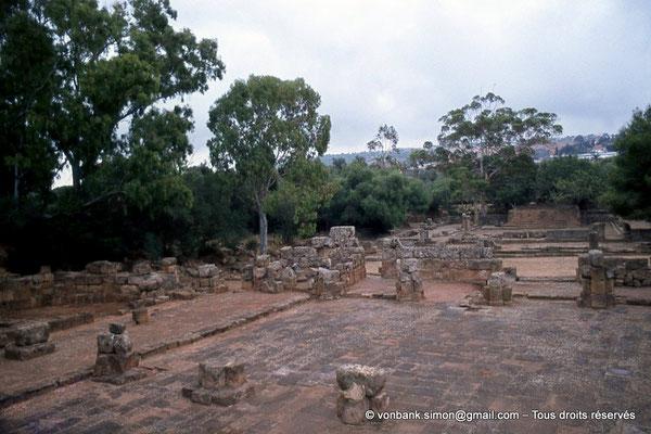 [073-1978-28] Tipasa de Maurétanie : Cour du nouveau temple - En arrière-plan, le temple anonyme