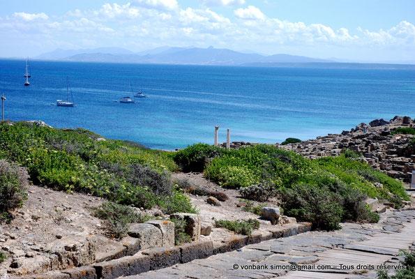 [NU904-2015-213] Tharros (Sardaigne) : Depuis le Cardo maximus, vue sur le temple tétrastyle dont il ne reste que deux colonnes
