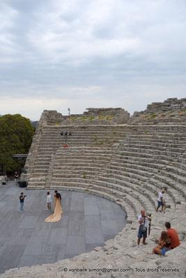 [NU906-2019-1311] Ségeste - Théâtre : Orchestre et partie inférieure de la cavea (vue prise depuis l'Ouest)