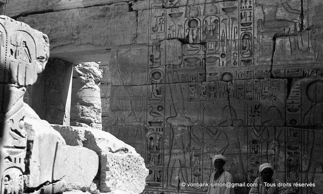 [NB078-1973-04] Karnak - Temple de Khonsou : Ramsès III, suivi de la déesse Séchat, apporte une offrande au dieu Amon