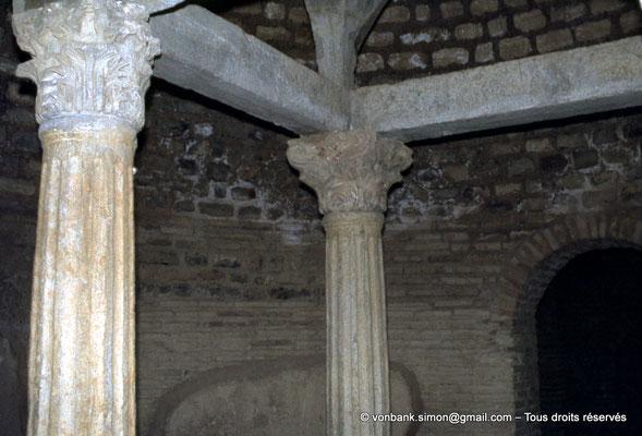[020-1978-34] Djemila (Cuicul) : Baptistère - Détail des colonnes supportant un dais de pierre