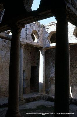 [009-1985-29] Bulla Regia : Maison de la chasse - Etage souterrain : Péristyle orné de colonnes à chapiteaux corinthiens
