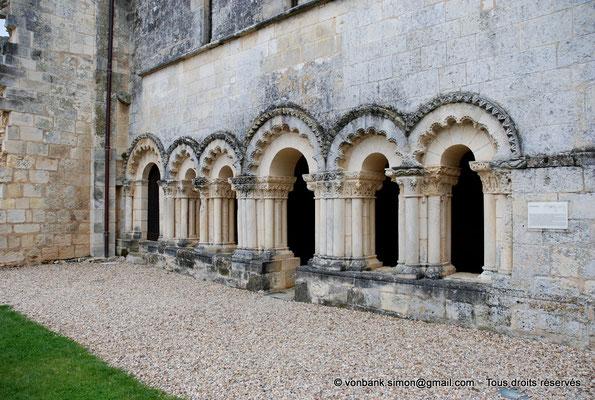 [NU904-2015-0026] 17 - Trizay - Prieuré Saint-Jean l'Évangéliste : Arcs polylobés (Porte d'accès au dortoir du 1er étage et salle capitualire (XIII°))