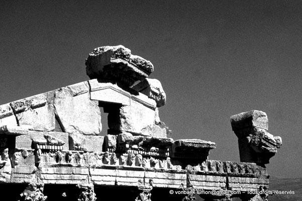 [085-1973-11] Baalbek : Temple de Bacchus - Face arrière (détail de la partie supérieure)