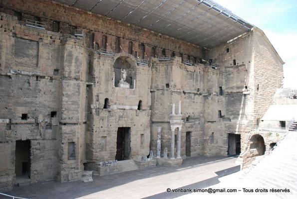 [NU001e-2018-0031] Orange (Arausio) : Théâtre - Mur de scène évoquant une façade de palais avec ses trois étages de colonnes et sa niche centrale où trône la statue de l'empereur Auguste