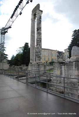 [NU001i-2018-0047] Arles (Arelate) - Théâtre : Les deux seules colonnes du mur de scène encore visibles aujourd'hui