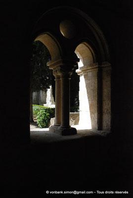 [NU003-2017-064] 13 - La Roque d'Anthéron - Abbaye de Silvacane : Cloître - Reconstitution d'une baie abritant deux baies ogivales séparées par deux colonnettes et surmontées d'un oculus