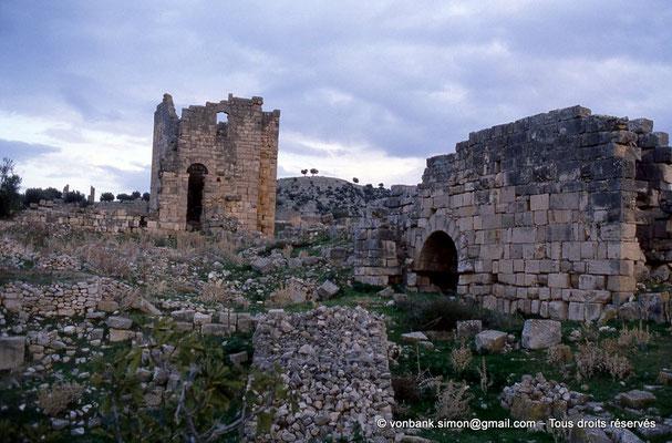 """[034-1983-29] Aïn Tounga (Thignica) : Citadelle byzantine - En arrière-plan, sur la gauche, le temple dit """"de Mercure"""""""