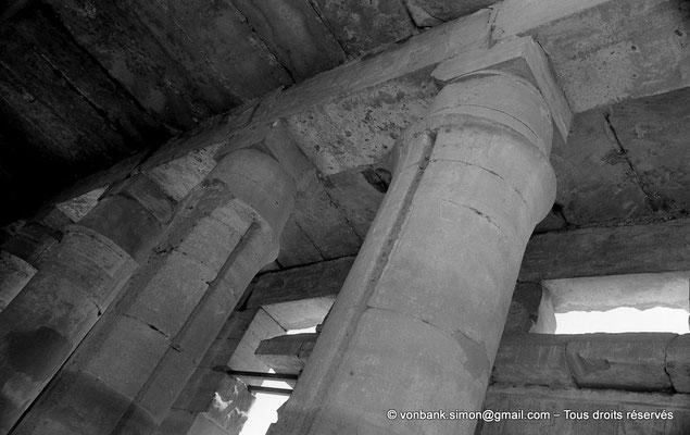 [NB078-1973-68] Karnak - Akh-Menou : Colonnes en piquet de tente (salle des fêtes)