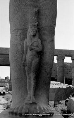 [NB075-1973-14] Karnak - Grande cour : Positionnée devant les jambes de Ramsès II, Bentanta, sa fille et épouse