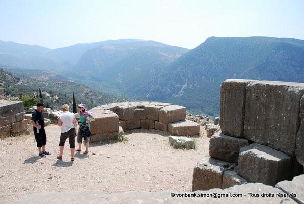 [NU901-2008-0150] GR - Delphes - Sanctuaire d'Apollon : Face au portique des Athéniens, exèdres servant aux haltes des prêtres formant les processions se rendant au temple