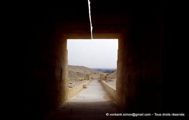 [067-1981-19] Saqqara - Ounas : Partie restaurée de la chaussée d'Ounas - Dans le plafond dédoublé, étroite ouverture rectiligne en son centre qui apporte la lumière