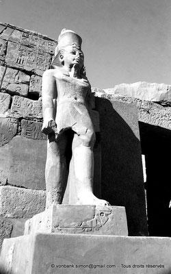 [NB077-1973-64] Karnak - Temple de Ramsès III : Façade du temple, statue de Ramsès III