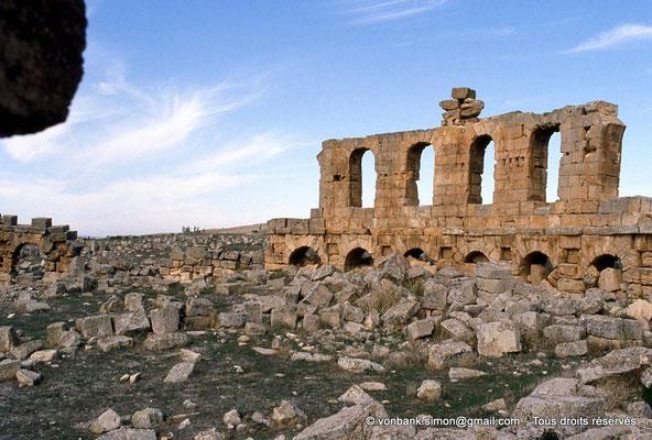 [006-1983-29] Henchir Mdeïna (Althiburos) : Théâtre - Détail du mur périphérique et des 5 travées de son niveau supérieur