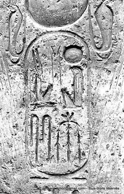 [NB079-1973-17] Louxor - Temple d'Amon-Rê : Cartouche pharaonique (titulature de Ramsès II)