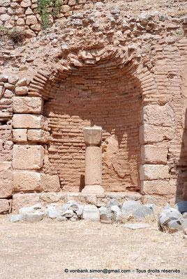 [NU901-2008-0141] GR - Delphes - Sanctuaire d'Apollon : Portique Nord (vue partielle, Agora romaine)