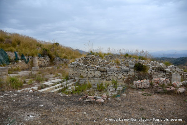 [NU906-2019-1371] Ségeste - Agora : Vue partielle des ruines du portique monumental Nord