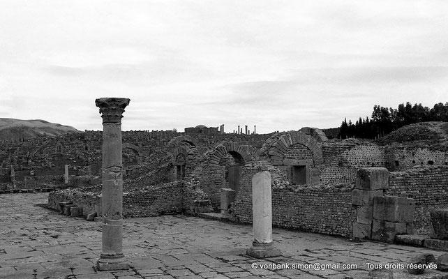 [NB033-1978-08] Djemila (Cuicul) : Quartier chrétien - En arrière-plan, le baptistère et sa coupole (vue prise depuis les grands thermes)