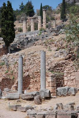 [NU901-2008-0139] GR - Delphes - Sanctuaire d'Apollon : Portique Nord (vue partielle, Agora romaine) - au-dessus, angle Sud-Est du temple