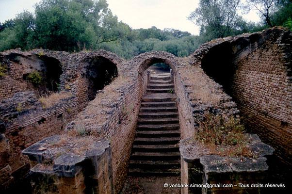 [040-1978-05] Tipasa de Maurétanie : Arrière du Théâtre - Chambres voûtées supportant les gradins aujourd'hui disparus - Escalier d'accès aux gradins