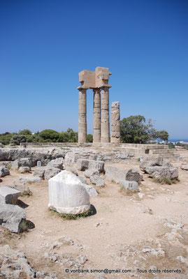 [NU901-2009-0101] Rhodes : Sanctuaire d'Apollon Pythien (colonnes relevées)
