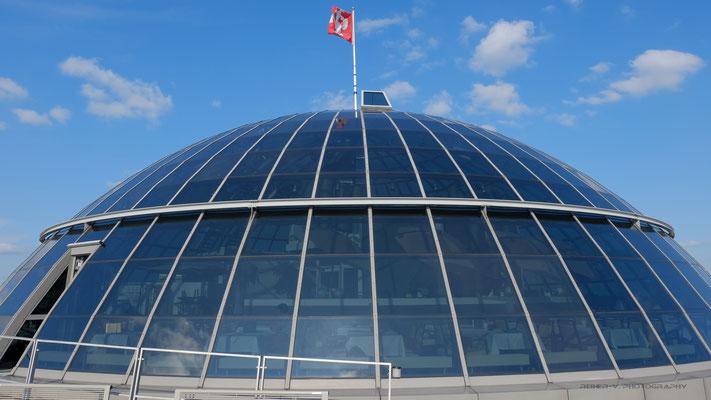 Unter einer großen Glaskuppel im obersten Stockwerk liegt ein Restaurant