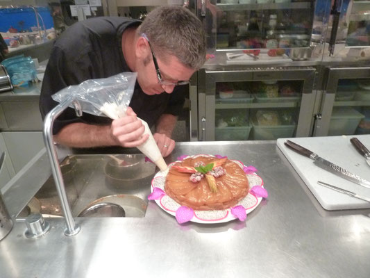 Décoration de la Tatin aux mangues, Chef à domicile, chef à la maison, chef à domicile Grasse, Cours de cuisine à domicile, cours de cuisine Grasse, Chef Tristan Pontoizeau