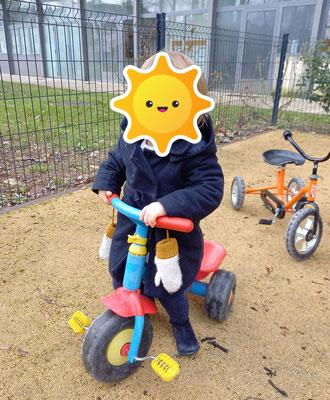 Vélo et jeux dans le jardin.