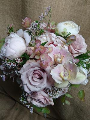 Peonía, rosas y phalaenopsis