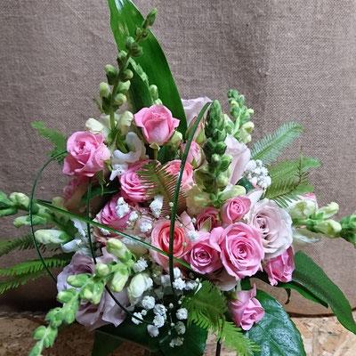 Rosas, rosas pitiminí, antirrhinum y helecho