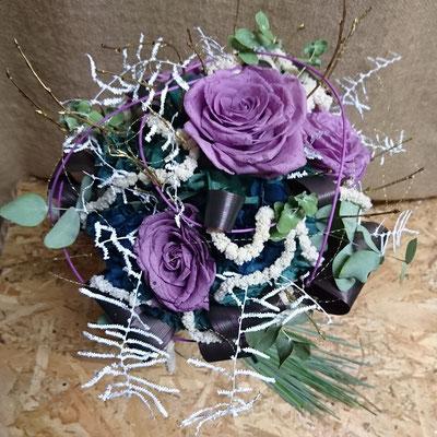 Rosas, hortensia y helecho coral